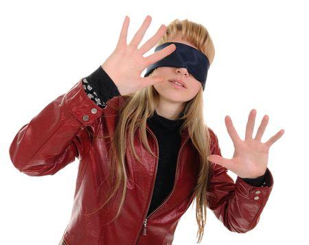 augenbinde: M�dchen, die mit verbundenen Augen geht, indem f�hlen. Sie ist verwirrt und ein wenig Angst