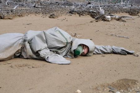 deforestacion: La persona con traje protector en el bosque muerto  Foto de archivo