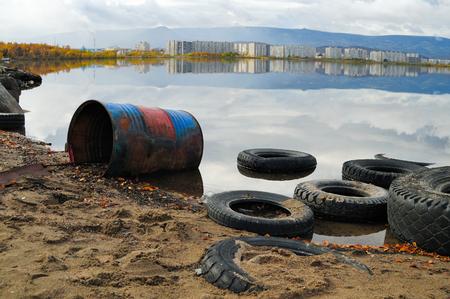 contaminacion del medio ambiente: Contaminaci�n del lago. Un problema ambiental  Foto de archivo