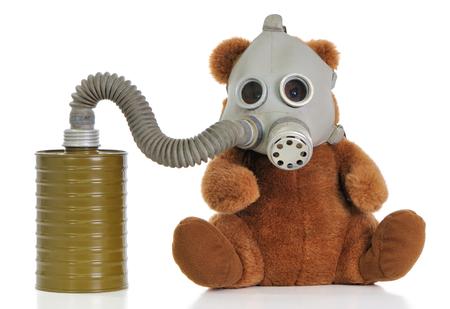mascara de gas: Oso de juguete suave llevar máscara como protección contra un humo y un virus.  Foto de archivo