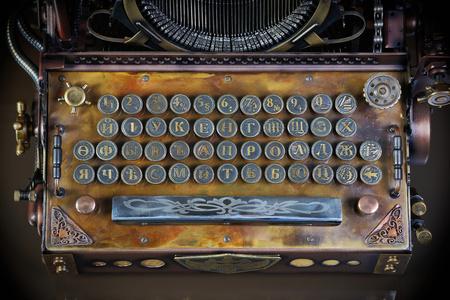 maquina de escribir: estilo steampunk futuro de m�quina de escribir. Mano  hecho en casa modelo. la fuente antes de la reforma de Rusia. (Antes de 1918)