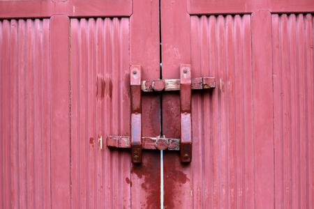Door latch on red door Imagens - 120843226