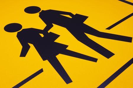 transport scolaire: Les enfants traversent la route pr�s de signer