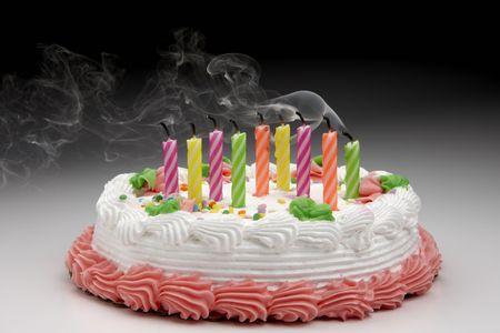 밖으로 날 려 촛불에서 오는 연기와 생일 케이크