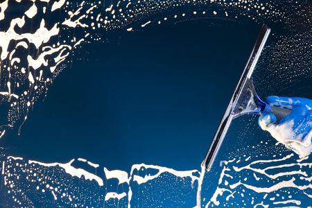 Een zeepachtige venster met een zuigmond cleanjng het glas