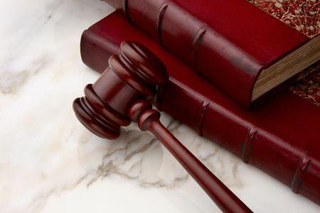 大理石の表面を撃った小槌と法の書籍