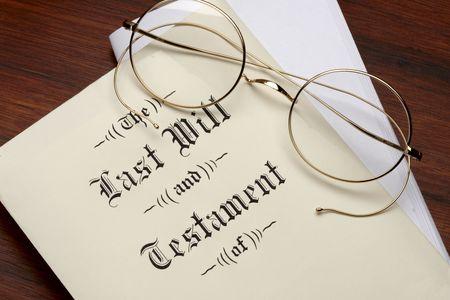 testament: �ltima voluntad y testamento, gafas de llanta de alambre dispar� sobre superficie caliente de madera  Foto de archivo