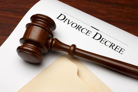divorcio: Decreto de divorcio, el martillo y la carpeta de disparo sobre la superficie de madera caliente