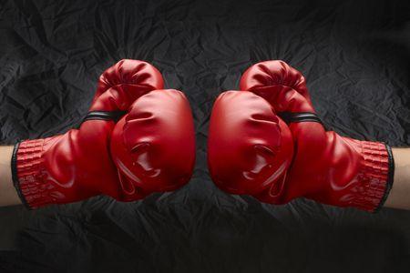 Twee boksers touch handschoenen klaar om te beginnen strijd