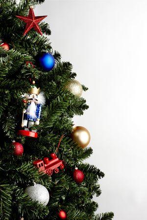 Close up di albero di Natale con decorazioni colorate, girato su sfondo bianco con spazio di copia  Archivio Fotografico - 5917059