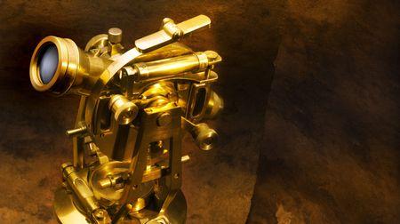 コピーのためにスペースを持つテクスチャ茶色の背景に撮影アンティーク真鍮セオドライト