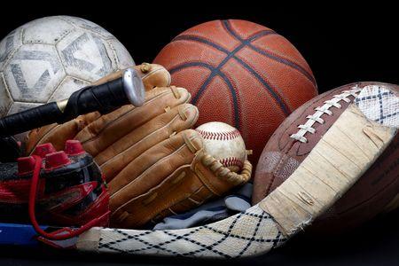 guante de beisbol: Close up shot de viejos de bal�n de f�tbol, baloncesto, b�isbol, f�tbol, murci�lago, palo de hockey, guante de b�isbol y listones