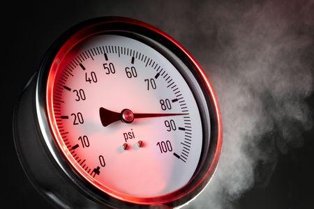 maquina de vapor: medidor de presi�n bajo estr�s extremo con vapor y la luz roja de advertencia