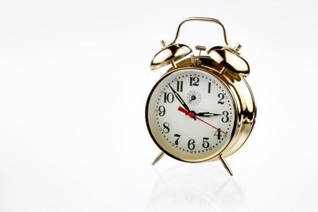 Prachtige klassieke brass alarmklok met zachte reflectie geschoten op wit met ruimte voor kopiëren