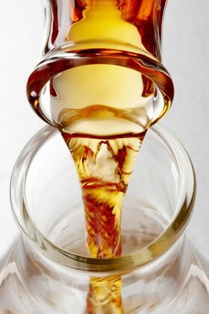 Close-up shot van bioful wordt gegoten in een bekerglas van glas