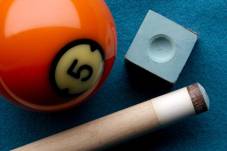 cue stick: Close up shot of pool ball, cue stick and chalk shot on felt pool table