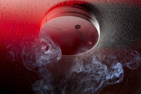 Gros coup de détecteur de fumée monté avec lumière blanche de mise en garde rouge et fumée de plafond Banque d'images - 7446794