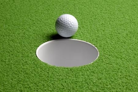 casi: Cerca de un tiro de pelota de golf a punto de caer en el agujero, incluye espacio para copiar Foto de archivo