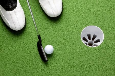 Golfista a putt bola en Copa en verde Foto de archivo - 9005604