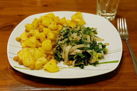 veganer Knoblauch-Mangold with chick-peas and oven-potatoes photo