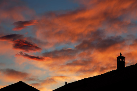 luft: sunset in Italy, roofs and beautifull sky with red sunset clouds Stock Photo