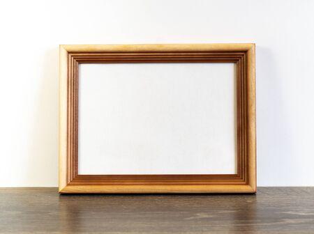 Kadermodel met horizontaal houten frame op witte muurachtergrond Stockfoto