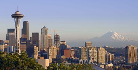 seattle: El horizonte de Seattle en una clara noche de oto�o con Mount Rainier en el fondo
