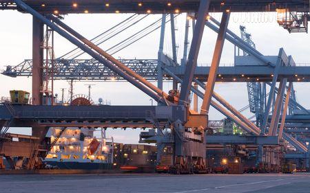 Les �normes grues utilis�es pour le chargement et le d�chargement de mer des navires porte-conteneurs dans le port de Rotterdam  Banque d'images - 2067341