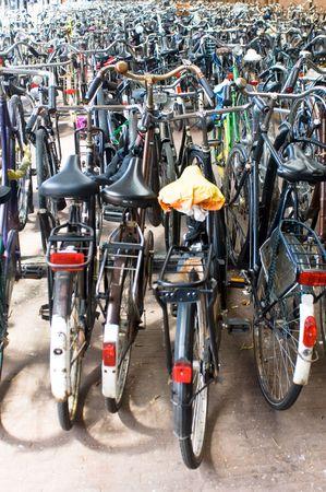 handle bars: Un mar de bicicletas aparcadas en la estaci�n de ferrocarril, la forma t�pica de los desplazamientos en los Pa�ses Bajos profundidad de campo  Foto de archivo
