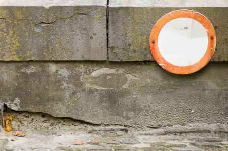 weather beaten: A no Accesso  bianco segno su un vecchio, meteo e battuto decadde muro. Archivio Fotografico
