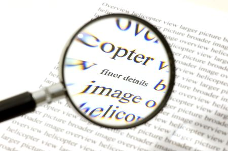 finer: Prestar atenci�n a los detalles, ilustrado por una lupa, en el zoom sobre las palabras  Foto de archivo