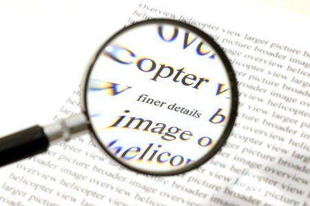 finer: Prestar atenci�n a los detalles, ilustrado por una lupa, en el zoom sobre las palabras