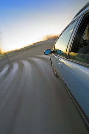 sich b�cken: Eine Au�enansicht auf ein Auto fahren um eine Kurve �ber einen Fu�g�nger�berweg