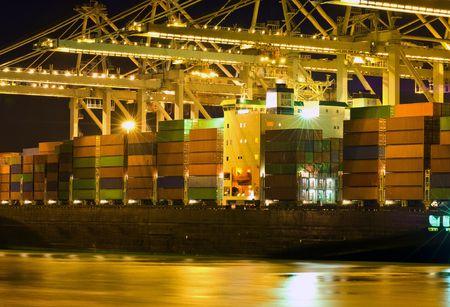 Gros plan d'un navire porte-conteneurs sont déchargés  Banque d'images - 3093413