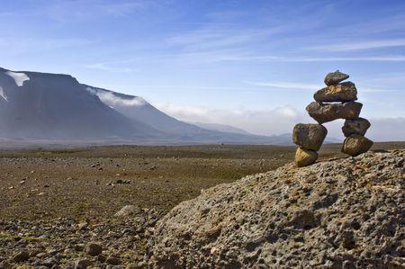 onward: A Varda - hombre o una piedra - s�mbolo de un viaje seguro, es a menudo encontrado en el interior bruto island�s. Para algunos es s�lo una pila de rocas, para otros el equilibrio perfecto entre las piedras volc�nicas representa Zen
