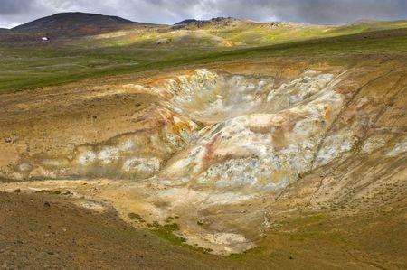silica: Il fango fumaholes e piscine in Krafla sistema vulcanico, con rhyolite montagne, silice e deposizioni di zolfo, la creazione di una spettacolare vista colorate Archivio Fotografico