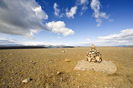 onward: A Varda island�s es una costumbre y un mal augurio para un viaje seguro. Para algunos, representa el Zen, mientras que para otros, la pila de piedra no es m�s que un marcador de los m�rgenes de la carretera