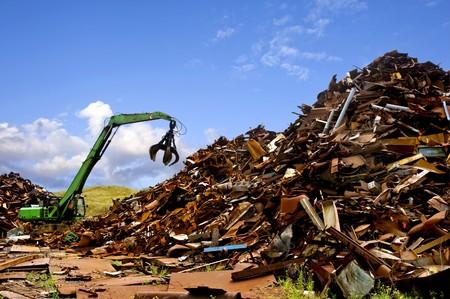 scrap metal: Una scavatrice verde, usato per spostare rottami metallici