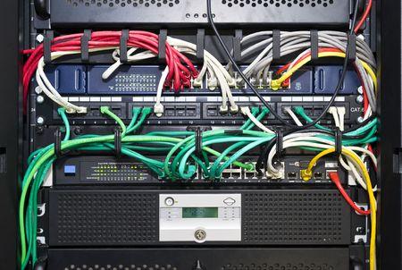 Il colore e il codice tra parentesi ordinatamente cavi di rete e delle telecomunicazioni in un high-tech di configurazione del server