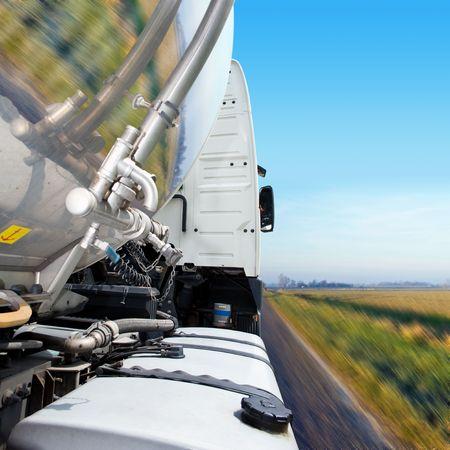 barco petrolero: Recorta, borrosa por el movimiento Close-up de semi en la carretera. Ning�n pueblo es visible en el disparo. Cuadrado disparo enmarcado. Foto de archivo