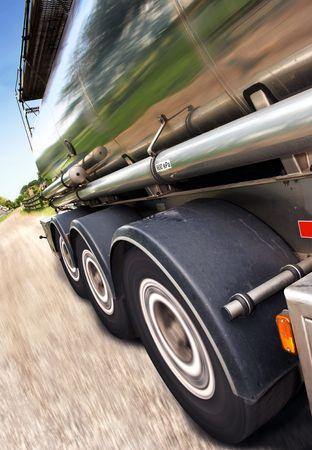 autobotte: Close-up ritagliata, movimento-offuscata, inclinata di semi sulla strada. Nessun popolo � visualizzabile nel tiro. Foto incorniciate in verticale.  Archivio Fotografico
