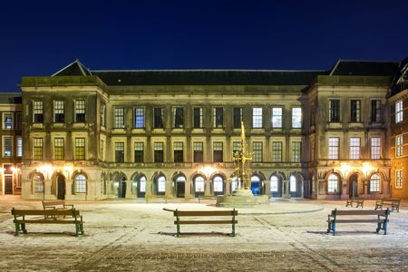 parliaments: L'architettura classica della casa olandese dei Parlamenti a Het Binnenhof, L'Aia in una notte di inverno nevoso