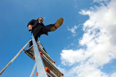 Zaken man op een ladder staan, een blinde sprong uit het platform staring foreward op te nemen tegen een blauwe hemel. Conceptuele afbeelding voor een desicion durf.