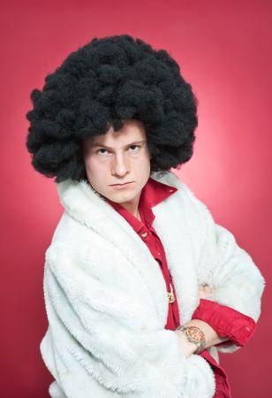bontjas: Arrogant op zoek man, het dragen van een pruik en een bont jas.