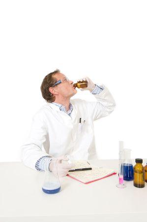 sorbo: Un qu�mico tonto teniendo un sorbo por alg�n tipo de soluciones en una botella, experimentar sobre s� mismo. No intente esto en casa!