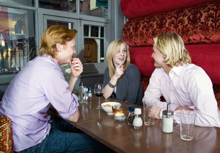 Tres personas chateando en un café Foto de archivo - 6485033