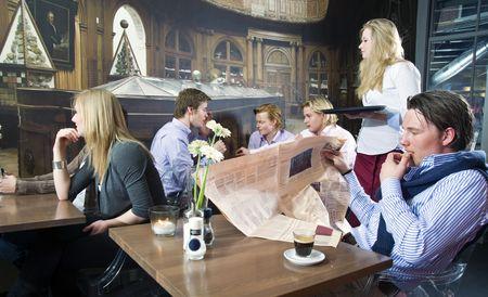 cafe bar: Een groep van mensen met een drankje in een cafe