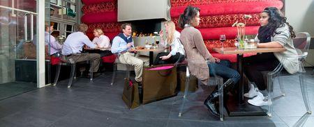 8 명의 사람들이 술 한 잔을 즐기는 레스토랑의 파노라마