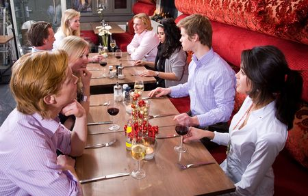 Grupo de personas disfrutando de una cena en un restaurante