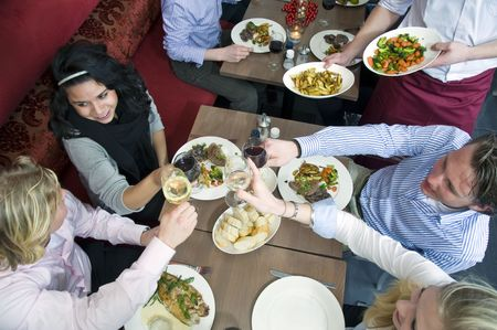 Un grupo de amigos con cena en un restaurante
